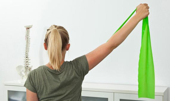 Frau mit Gymnastiktusch in der Hand